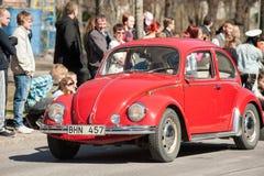 Den klassiska bilen ståtar på den Maj dagen firar våren i Sverige Royaltyfri Fotografi