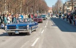 Den klassiska bilen ståtar på den Maj dagen firar våren i Sverige Royaltyfri Foto