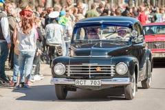 Den klassiska bilen ståtar på den Maj dagen firar våren i Sverige Arkivbild