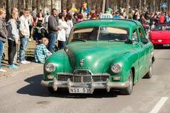 Den klassiska bilen ståtar på den Maj dagen firar våren i Sverige Fotografering för Bildbyråer
