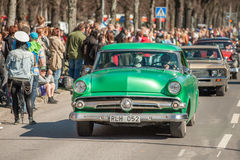 Den klassiska bilen ståtar på den Maj dagen firar våren i Sverige Royaltyfri Bild