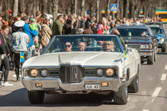 Den klassiska bilen ståtar på den Maj dagen firar våren i Sverige Royaltyfria Foton