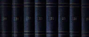 Den klassiska boken Uppsättning av tappningböcker i beställning Numrerade böcker Boktextur till utbildning Arkivbilder