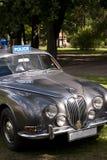 Den klassiska brittiska bilen på den brittiska motorn mötte i den Karlsborg fästningen Arkivfoton