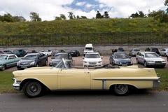Den klassiska brittiska bilen på den brittiska motorn mötte i den Karlsborg fästningen Fotografering för Bildbyråer