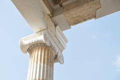 Den klassiska detaljen för kolonnhörnfinialen av Parthenonvisningsnirklar och marmorstenfasadbeklädnad arbetar Arkivbild