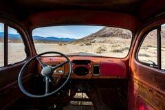 Den klassiska gamla bilen förfaller i en äng Arkivbilder