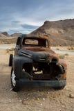 Den klassiska gamla bilen förfaller i en äng Arkivbild