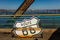 Den klassiska gamla kedjan av Rocks bron korsar Missouriet River i St Louis och visar att det klassiska neontecknet av Route 66 f Arkivbilder