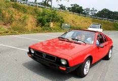 Den klassiska italienska sportbilen följde förbi moderna fiat 500 Arkivbild