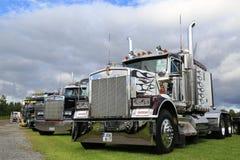 Den klassiska Kenworth showen åker lastbil under dramatisk himmel Arkivfoton