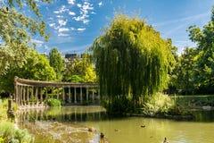 Den klassiska kolonnaden i den Monceau trädgården i Paris Royaltyfri Fotografi