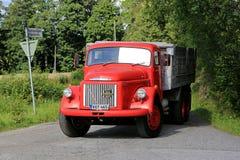 Den klassiska röda Volvo N86 lastbilen skriver in huvudvägen Royaltyfri Bild
