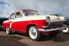Den klassiska sovjetiska oldtimeren Volga GAZ-21 på utställningen och ståtar av retro bilar Fotografering för Bildbyråer
