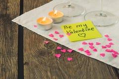 Den klibbiga anmärkningen för Sanka valentin dag- och teljus kopierar utrymme Royaltyfri Foto