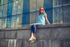 """Den klipska blicken stads- conce av för bärande solglasögon†för ung flicka """" Royaltyfri Bild"""