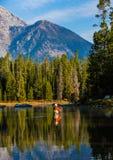 Den klipska fiskaren gjuter i sjön i den storslagna Teton nationalparken Royaltyfri Fotografi