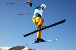 den klipska mannen skidar Arkivfoto