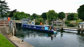 Den Klocka dammbyggnaden Lockär aÂlockpå theÂfloden Thamesi England placerade på den Surrey banknearÂenEgham Royaltyfria Bilder