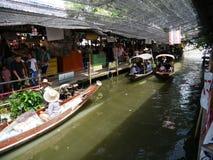 Den Klong laten Mayom som svävar marknaden, den gamla marknaden i Thailand, har mycket ätamat och efterrätt Arkivbild