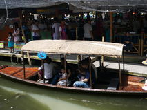 Den Klong laten Mayom som svävar marknaden, den gamla marknaden i Thailand, har mycket ätamat och efterrätt Arkivfoto