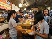 Den Klong laten Mayom som svävar marknaden, den gamla marknaden i Thailand, har mycket ätamat och efterrätt Arkivfoton