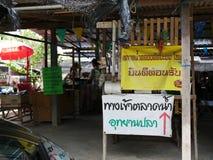 Den Klong laten Mayom som svävar marknaden, den gamla marknaden i Thailand, har mycket ätamat och efterrätt Royaltyfri Bild
