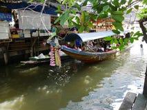 Den Klong laten Mayom som svävar marknaden, den gamla marknaden i Thailand, har mycket ätamat och efterrätt Arkivbilder