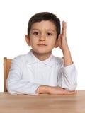 Klyftig pojke på skrivbordet Royaltyfri Bild