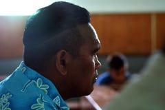 Den kockIslander mannen ber på kocken Islands Christian Church Avarua R Arkivbilder