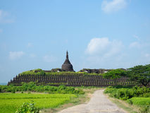 Den Koe-thaung templet i Mrauk U, Myanmar Royaltyfri Fotografi