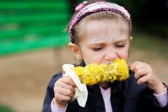 den kokt barnhavren äter den nätt flickan Arkivfoton