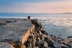 Den kollapsade hamnplatsen och bron Royaltyfri Fotografi