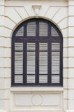Den koloniala stilen för blått fönster Royaltyfri Bild