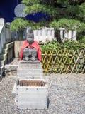 Den Komainu apaförmyndaren på hastar den Jinja relikskrin, Tokyo, Japan royaltyfri foto