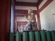 Den Komainu apaförmyndaren på hastar den Jinja relikskrin, Tokyo, Japan fotografering för bildbyråer