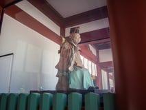 Den Komainu apaförmyndaren på hastar den Jinja relikskrin, Tokyo, Japan arkivbild