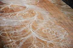 Den kompetenta hantverkaren skissar att snida design på trä för starten som snider arbete Arkivbild