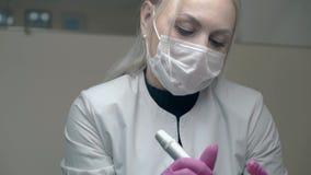 Den koncentrerade cosmetologisten i sterila handskar andas djupt stock video