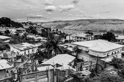 Den kongolesiska staden Matadi på Congoet River i svartvitt Fotografering för Bildbyråer