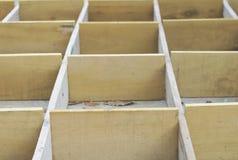 Den konkreta asken för föreningspunkten formworkför träasken gula träspikar lagringsrummet, royaltyfria bilder