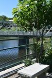 Den konkreta bänken på bron av Fowers, Shelburne faller, Franklin County, Massacusetts, Förenta staterna, USA royaltyfri bild