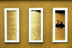 Den konkreta fönsterramen avslöjer silllouettebild av svanfartyget av a royaltyfria bilder