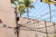 Den konkreta nytto- polen hängde med elektricitetsmaktkablar för res arkivfoton