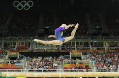 Den konstnärliga gymnasten Aliya Mustafina av rysk federation konkurrerar på balansbommen på allsidig gymnastik för kvinna` s på  royaltyfri foto