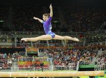 Den konstnärliga gymnasten Aliya Mustafina av rysk federation konkurrerar på balansbommen på allsidig gymnastik för kvinna` s på  royaltyfri bild