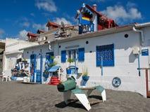 Den konstnärliga och kusliga brunnen dekorerade huset på stranden Royaltyfri Bild