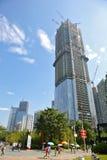 Den konstruerande skyskrapan Royaltyfri Bild
