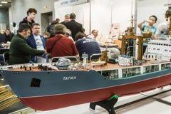 Den kontrollerade utställningen av radion modellerar, fartyg, lokomotiv, bilar, Arkivfoton