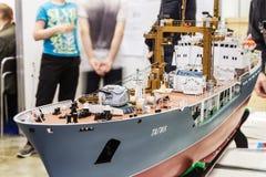 Den kontrollerade utställningen av radion modellerar, fartyg, lokomotiv, bilar, Arkivfoto